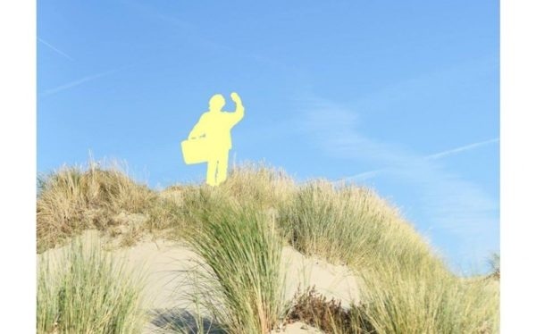 graphic figure in landscape (duinen)