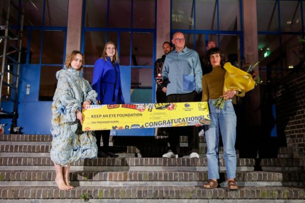 Inge Vaandering met met anderhalve meter cheque - Keep an Eye Textile & Fashion Award 2020