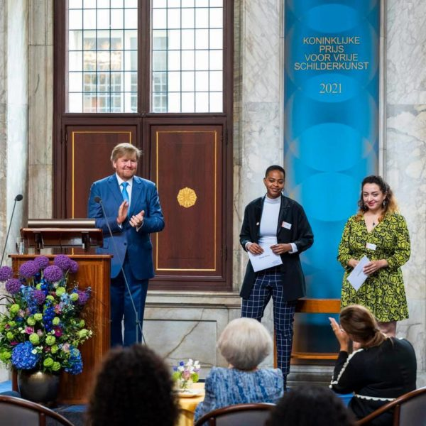 His Majesty the King with winners of the Royal Prize for Painting 2021 Rinella Alfonso and Hend Samir in the Royal Palace Amsterdam