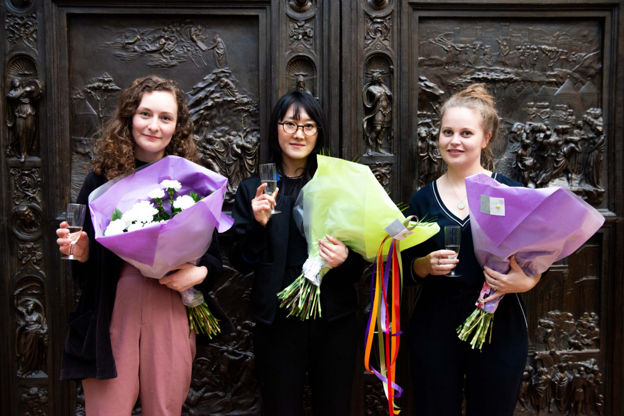 Marta Róbertsdóttir, Minnari-bot Lee en Manon Stoeltie alumni van de afdeling Interieurarchitectuur en Meubelontwerpen van de KABK, zijn geselecteerd om een prijs te ontwerpen voor de Witte Anjer Prijs 2019