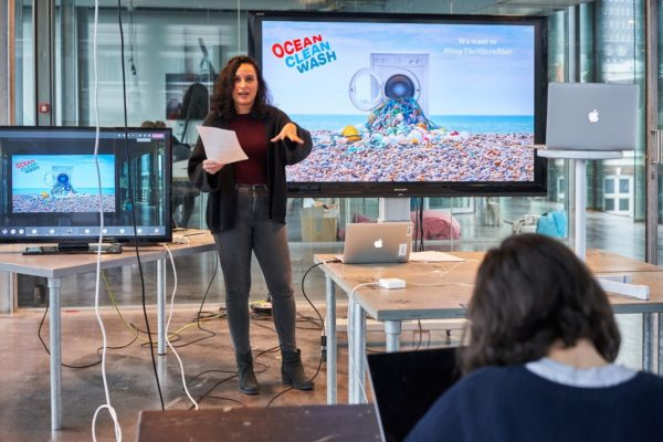 Laura Díaz Sánchez, Campaigner Microplastics, presenting initiatives to ban microplastics