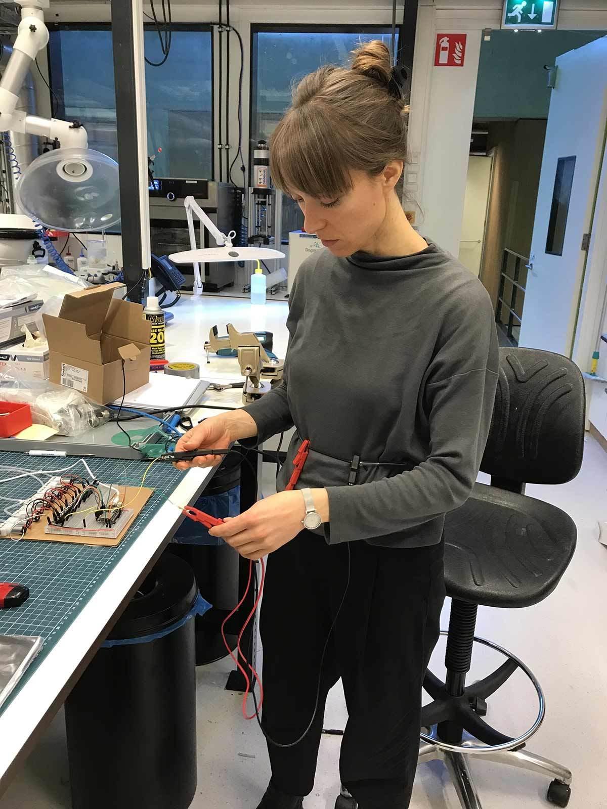 Lyndsey Housden - Testing IBI 360º research and development residency at AMOLF Soft Robotics Matter Lab
